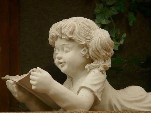 Estatua niña leyendo
